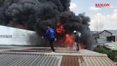 Cháy lớn ở khu công nghiệp Nhị Xuân: Khói lửa bốc cao hàng trăm mét