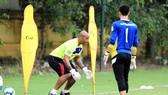 HLV Jason Brown thị phạm trong buổi tập sáng 5-10 cùng đội tuyển Việt Nam. (Ảnh: MINH HOÀNG)