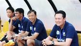 HLV Quốc Tuấn (bìa trái) và trợ lý Dương Minh Ninh (ngồi cạnh) trong khu kỹ thuật đội HA.GL. Ảnh: DŨNG PHƯƠNG