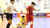 Việt Nam (áo đỏ) dễ dàng vượt qua Brunei vào tối 29-10. Ảnh: DŨNG PHƯƠNG
