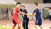 HLV Alain Fiard là nhà cầm quân đầu tiên bị mất việc ở V-League 2017. Ảnh: DỦNG PHƯƠNG