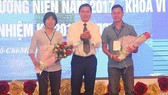 Chủ tịch HFF Trần Anh Tú trao hoa chúc mừng HLV Kim Chi (nữ TPHCM) và Bảo Quân (Thái Sơn Nam) tại Đại hội. ảnh: A.TRẦN
