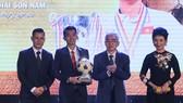 Trọng Luân nhận QBV từ chủ tịch VFF Lê Hùng Dũng. Ảnh: DŨNG PHƯƠNG