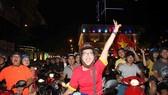 CĐV tại TPHCM xuống đường mừng chiến thắng của đội nhà vào đêm 20-1. Ảnh: DŨNG PHƯƠNG