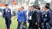 Phái đoàn của Tổng thống Moon Jae-in từ sân bay đi thẳng đến sân tập của đội tuyển Việt Nam. Ảnh: MINH HOÀNG