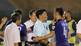 HLV Trần Minh Chiến chúc mừng các cầu thủ B.Bình Dương sau trận thắng Quảng Nam. Ảnh: DŨNG PHƯƠNG