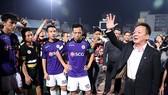 Bầu Hiển xuống sân chúc mừng các cầu thủ sau trận thắng Thanh Hóa. Ảnh: MINH HOÀNG