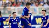 Niềm vui của các cầu thủ Quảng Nam sau chiến thắng trên sân Pleiku. Ảnh: MINH TRẦN