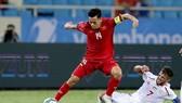 Lối chơi của O.Việt Nam chệch choạng ngay khi không có những trụ cột trên 23 tuổi như Văn Quyết. Ảnh: MINH HOÀNG