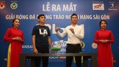 Hai cựu tuyển thủ Thế Anh và Tuấn Phong tại buổi bốc thăm xếp lịch thi đấu. Ảnh: DŨNG PHƯƠNG