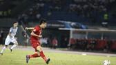 Văn Đức trong tình huống ghi bàn nâng tỷ số 2-0. Ảnh: MINH HOÀNG