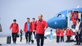 Đội tuyển xuống sân bay Nội Bài. Ảnh: MINH HOÀNG