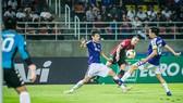 Văn Quyết và Văn Hậu ngăn chận cú sút của tiền đạo Bangkok United
