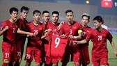 Các cầu thủ Việt Nam giơ chiếc áo của Văn Toàn sau bàn thắng vào lưới đội Campuchia. Ảnh: MINH HOÀNG