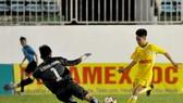 Hà Nội (áo vàng) giành chiến thắng tối thiểu trước Phú Yên. Ảnh: NGUYỄN NHÂN