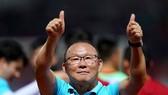 Ông Park tri ân CĐV Việt Nam sau trận đấu. Ảnh: DŨNG PHƯƠNG