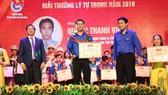 Anh Quách Thanh Vinh nhận Giải thưởng Lý Tự Trọng năm 2019 do Trung ương Đoàn tặng thưởng