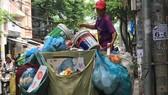 Phương tiện thu gom rác lạc hậu không đảm bảo tiêu chuẩn vệ sinh môi trường. Ảnh: THÀNH TRÍ