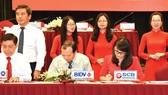 Bà Mai Thị Thanh Thủy - Thành viên HĐQT kiêm Phó Tổng Giám đốc  phụ trách Khối Doanh nghiệp đại diện SCBký kết Bản Ghi nhớ về việc hỗ trợ tín dụng cho doanh nghiệp phát triển sản phẩm chủ lực của TPHCM
