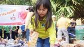 Huỳnh Thị Thời trong chuyến trao quà giúp đồng bào nghèo vùng núi cao