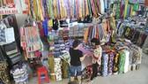 Mua vải tại chợ Bình Tây. Ảnh: THÀNH TRÍ