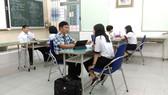 Học sinh Trường THCS Lê Anh Xuân, quận Tân Phú đang được trợ giúp pháp lý