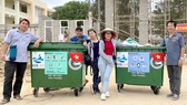 """Tình nguyện viên """"Dự án biển La Gi không rác"""" đi gom rác quanh các khu du lịch"""