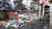 Điểm tập kết rác trước chợ Xóm Chiếu (quận 4) gây mất vệ sinh và mỹ quan đô thị. Ảnh: BÙI THANH TƯƠNG QUAN