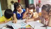"""Sinh viên từ chương trình """"Gia sư áo xanh"""" dạy học trẻ em là con em công nhân Khu Công nghiệp Tân Bình"""