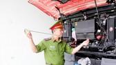 Thiếu tá Nguyễn Văn Phương kiểm tra, bảo dưỡng phương tiện vào ca trực của mình