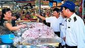Cơ quan chức năng kiểm tra an toàn thực phẩm tại chợ