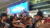 Hundreds of the singer's fans go to the airport to greet him.