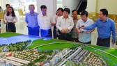 HCM City People's Committee officials look at a model project to be located in the Thu Thiem New Urban Area in District 2 (Photo: VNA)