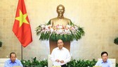 Prime Minister Nguyen Xuan Phuc (standing) at the Government meeting (Photo: VNA)