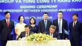 Vietnam Airlines and Vingroup sign the cooperation agreement on October 4 (Photo: VNA)