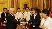 Party General Secretary and President Nguyen Phu Trong meets outstanding students on November 3 (Photo: VNA)