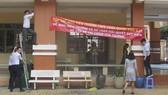 Giáo viên treo băng rôn yêu cầu làm rõ vấn đề tài chính tại Trường THPT Trần Quang Khải