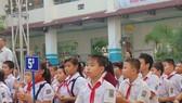 Các em học sinh nghe tuyên truyền về lòng dũng cảm