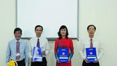 Bà Nguyễn Thị Yến Trinh (áo dài đỏ) tại lễ nhận quyết định bổ nhiệm hiệu trưởng Trường THPT chuyên Lê Hồng Phong vào năm 2014.