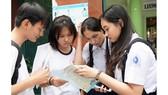 Các em thảo luận sau khi thi môn Toán tại điểm thi trường THCS Kiến Thiết (quận 3). Ảnh: HOÀNG HÙNG