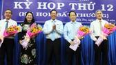 Đồng chí Phan Văn Mãi, Bí thư Tỉnh ủy Bến Tre (ở giữa) trao hoa chúc mừng