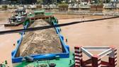 Một sà lan chở hàng ngàn khối cát có nguy cơ chìm vì bị mắc cạn