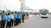 Lãnh đạo LĐLĐ TPHCM động viên, tiễn công nhân về quê đón tết
