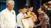 Đồng chí Nguyễn Thị Quyết Tâm trao danh hiệu Mẹ Việt Nam anh hùng cho gia đình các mẹ