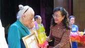 Đồng chí Nguyễn Thị Quyết Tâm trao Huy hiệu Đảng cho các đảng viên tại quận 4
