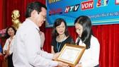 Ông Nguyễn Tấn Phong - Tổng Biên tập Báo SGGP trao Giấy chứng nhận cho các cá nhân và tập thể có thành tích xuất sắc. Ảnh: HOÀNG HÙNG