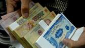 Đổi tiền lẻ cận Tết Đinh Dậu: Phí vọt lên 40%
