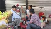 Tình trạng lấn chiếm vỉa hè để kinh doanh khá phổ biến tại Hà Nội. Ảnh: TRUNG THU