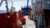 Tàu cứu hộ tiếp cận tàu cá bị nạn