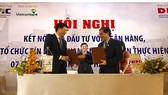 Giám đốc Sở KH-ĐT TPHCM Sử Ngọc Anh (bên phải) ký kết thoả thuận hợp tác với ông Phạm Mạnh Thắng-Phó TGĐ Vietcombank nhằm hỗ trợ và vốn cho các doanh nghiệp trên địa bàn thành phố